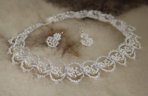 Свадебное колье из бисера и жемчуга - анкарс, фриволите - белое кружево ручной работы