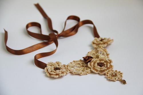 Необычное украшение на шею из текстиля (ирландское кружево, атласная лента)