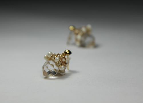 Красивые серьги ручной работы из прозрачного кристалла и золотого бисера