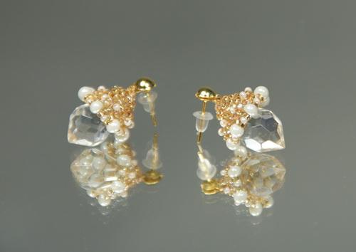 Серьги из золотого бисера с прозрачным кристаллом