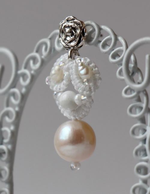 Белые свадебные серьги из кружева с крупными натуральными жемчужинами (анкарс, фриволите)- фотографии и работа Дарины Никоновой