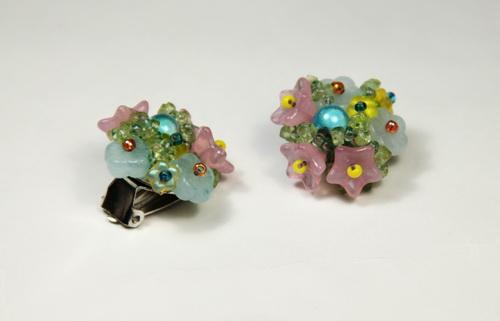 Красивые нежные серьги-клипсы ручной работы из бусин и бисера