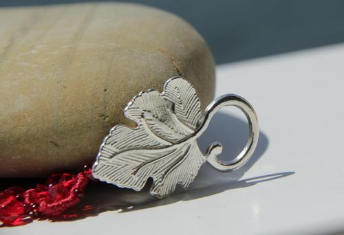 Красный браслет ручной работы из кружева, бисера, гранёных бусин и кристаллов Сваровски Swarovski- фотографии и дизайн Дарины Никоновой