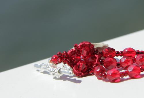 Красный браслет из кружева, бисера, гранёных бусин и кристаллов Сваровски Swarovski - фотографии и дизайн Дарины Никоновой