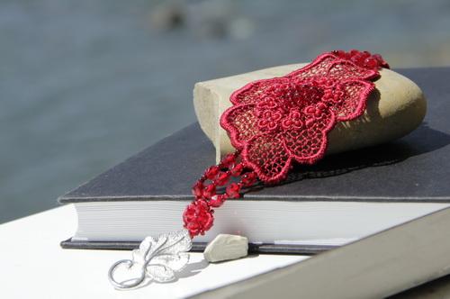 Алый браслет ручной работы c кружевом - фотографии и дизайн Дарины Никоновой