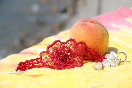 Необычный красный авторский браслет c кружевным цветком - фотографии и дизайн Дарины Никоновой