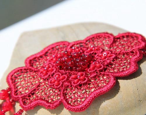 Красный браслет из кружева, гранёных бусин и кристаллов Swarovski - фотографии и дизайн Дарины Никоновой
