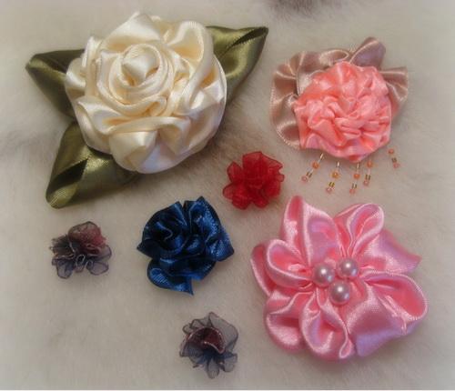 Цветы ручной работы из лент и ткани.