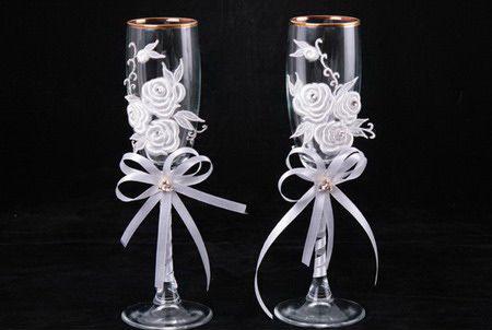 Украшение свадебных бокалов кружевом и розой из лент