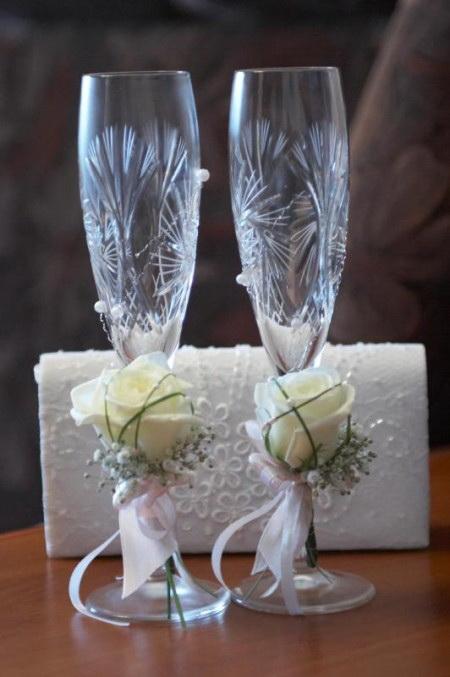 Свадебные бокалы, украшенные живыми цветами