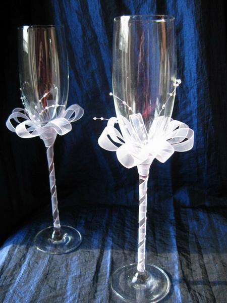 Украшение свадебных бокалов лентой огранзы