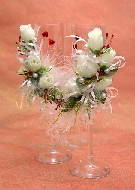 Свадебные бокалы, украшенные белыми розами