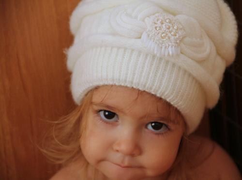 Жемчуженки - вышивка с жемчугом и бисером Gutermann для вязаной шапки - фото и работа Дарины Никоновой